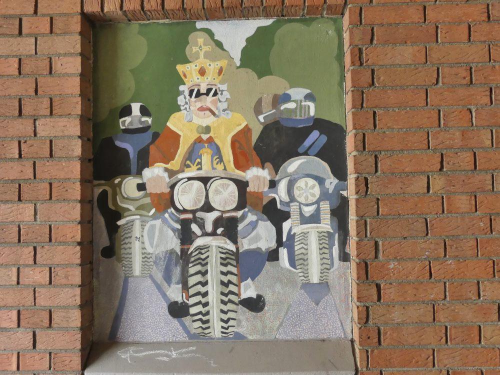 Wandbild vom Kaiser auf Motorrad.