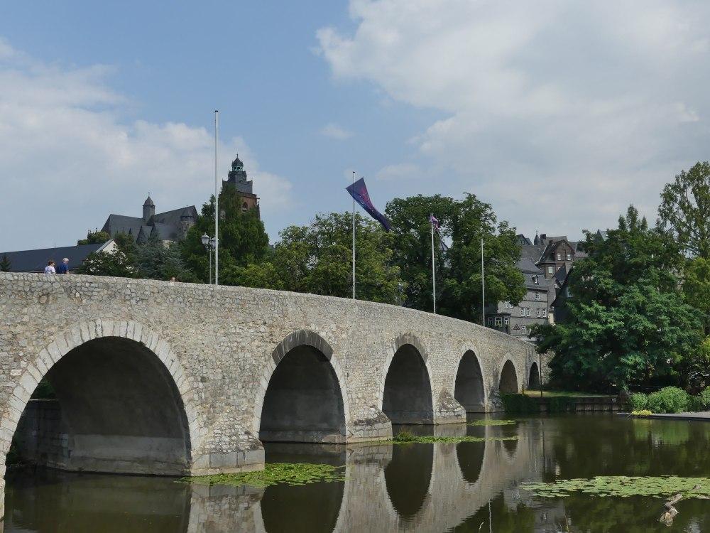 Steinbrücke mit Rundbögen.