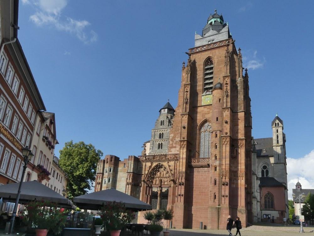 Dom in Wetzlar mit zwei verschiedenen Türmen.
