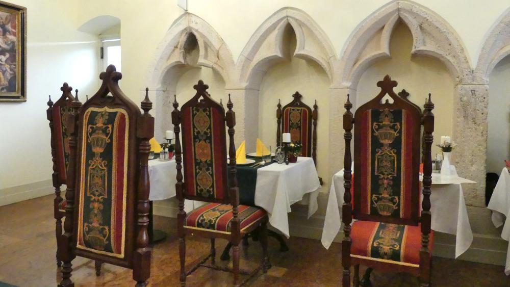 Restaurant mit geschnitzten Stühlen.
