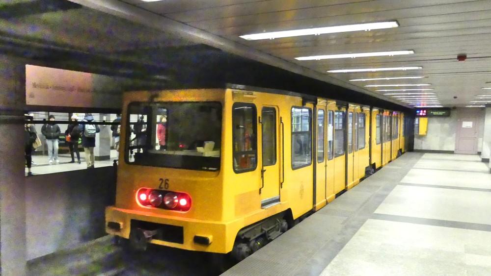 Gelbe U-Bahn im Tunnel.