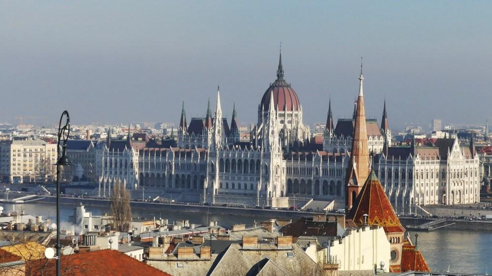 Das Parlament am Ufer der Donau.