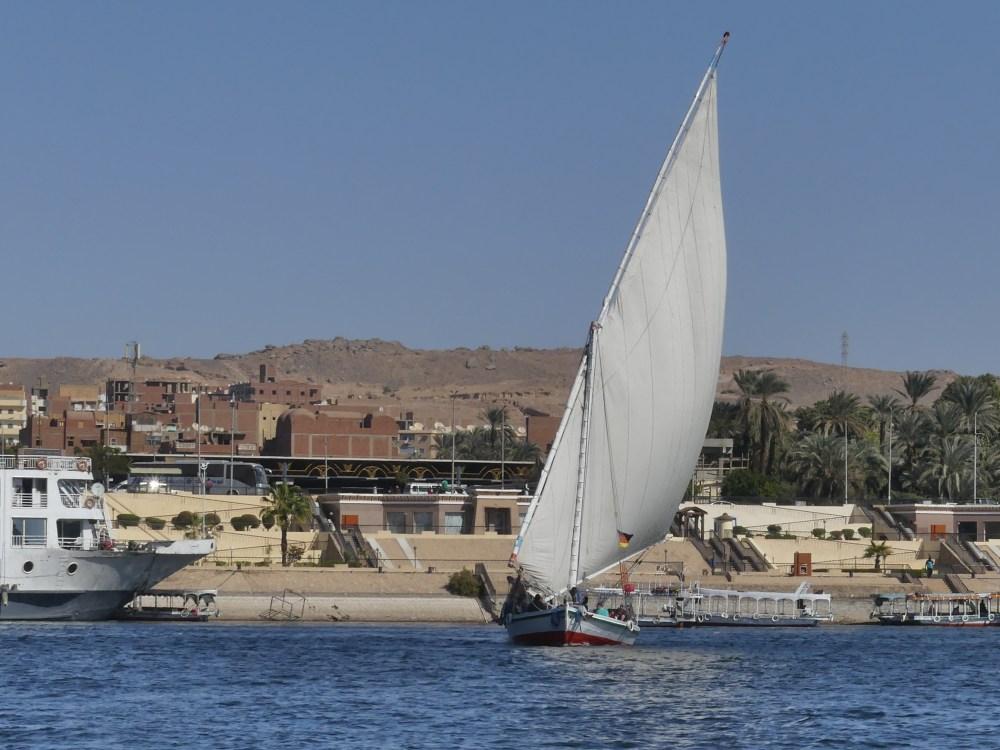 Eine Feluke segelt auf dem Nil.