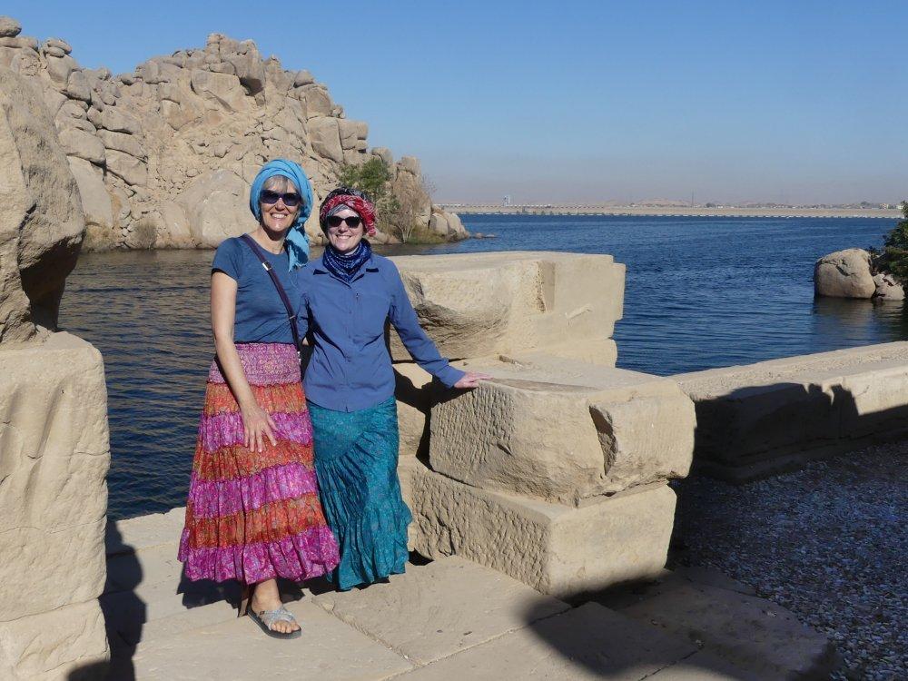 Gina und Victoria stehen am Ufer der Insel Philae.