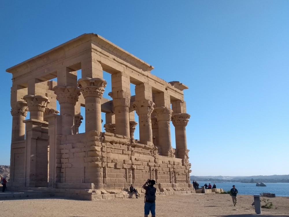 Rechteckiger Säulenbau auf der Insel Philae.