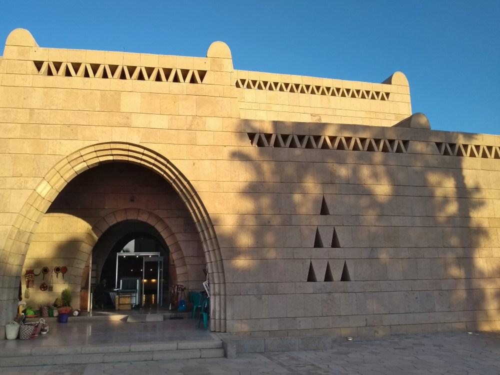 Sandsteingebäude mit großem Eingangstor.