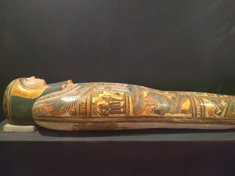 Bunt bemalter Sarkophag im Luxor Museum.