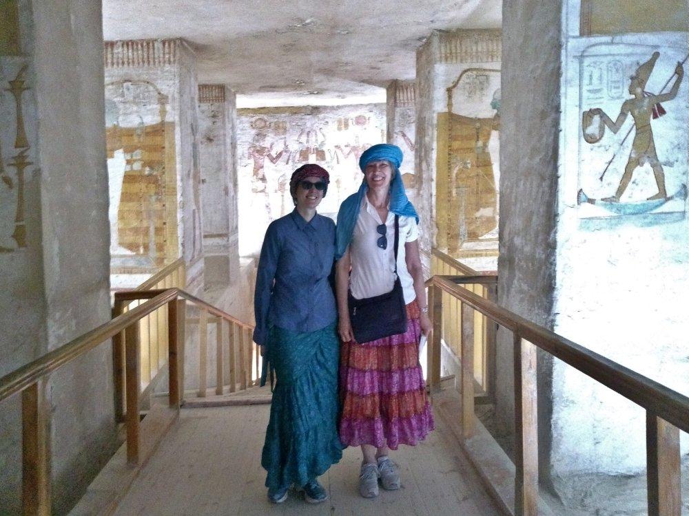 Victoria und Gina stehen im Pharaonengrab.