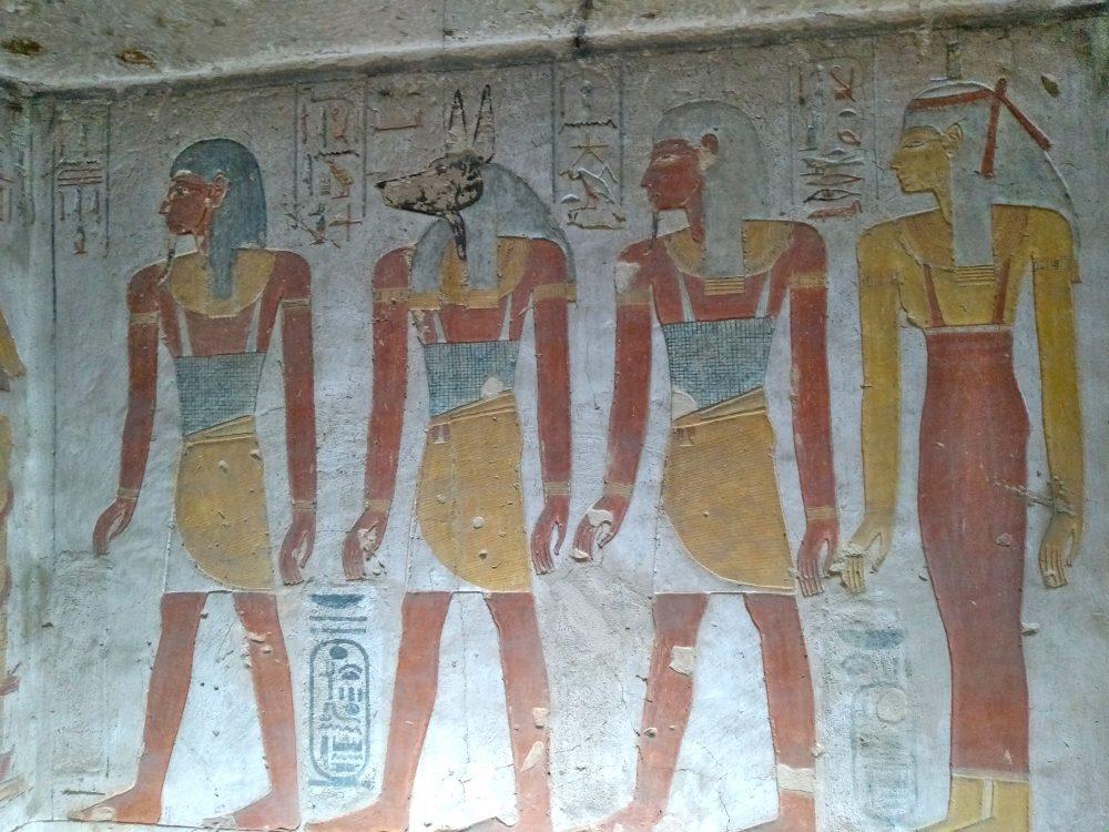 Bunte Reliefs von tierköpfigen ägyptischen Göttern.