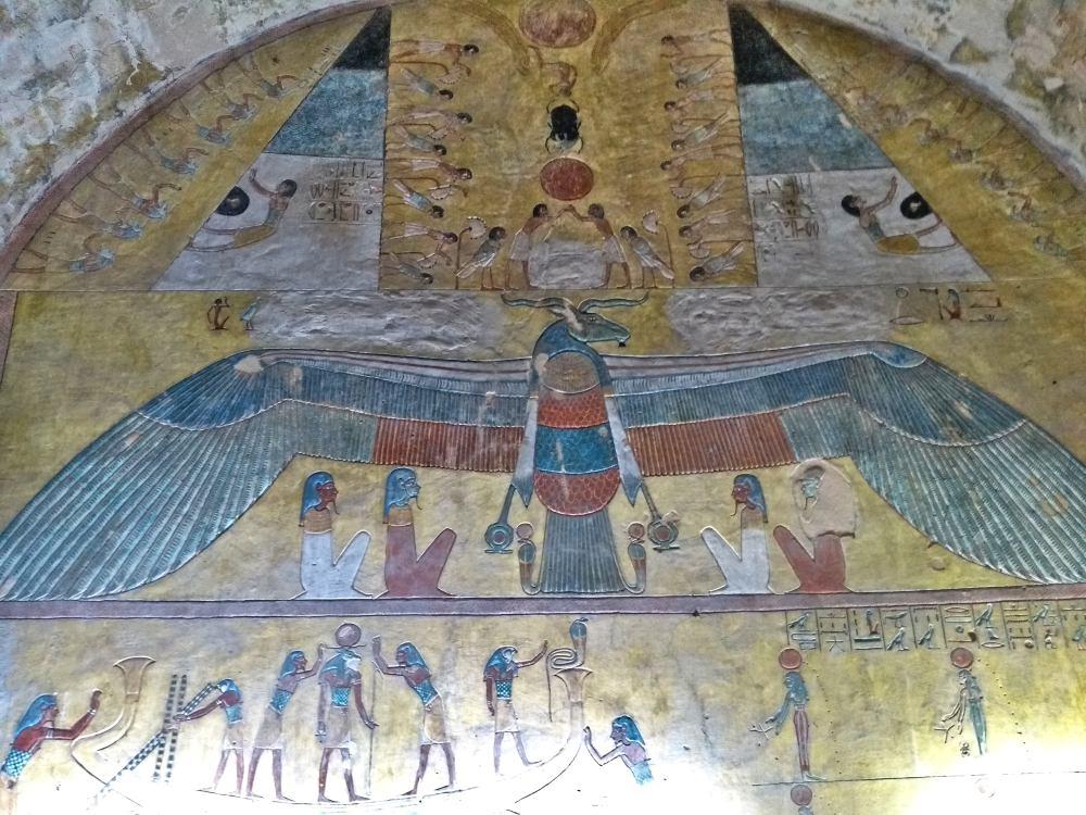 Bunte Wandmalerei in der Grabkammer.