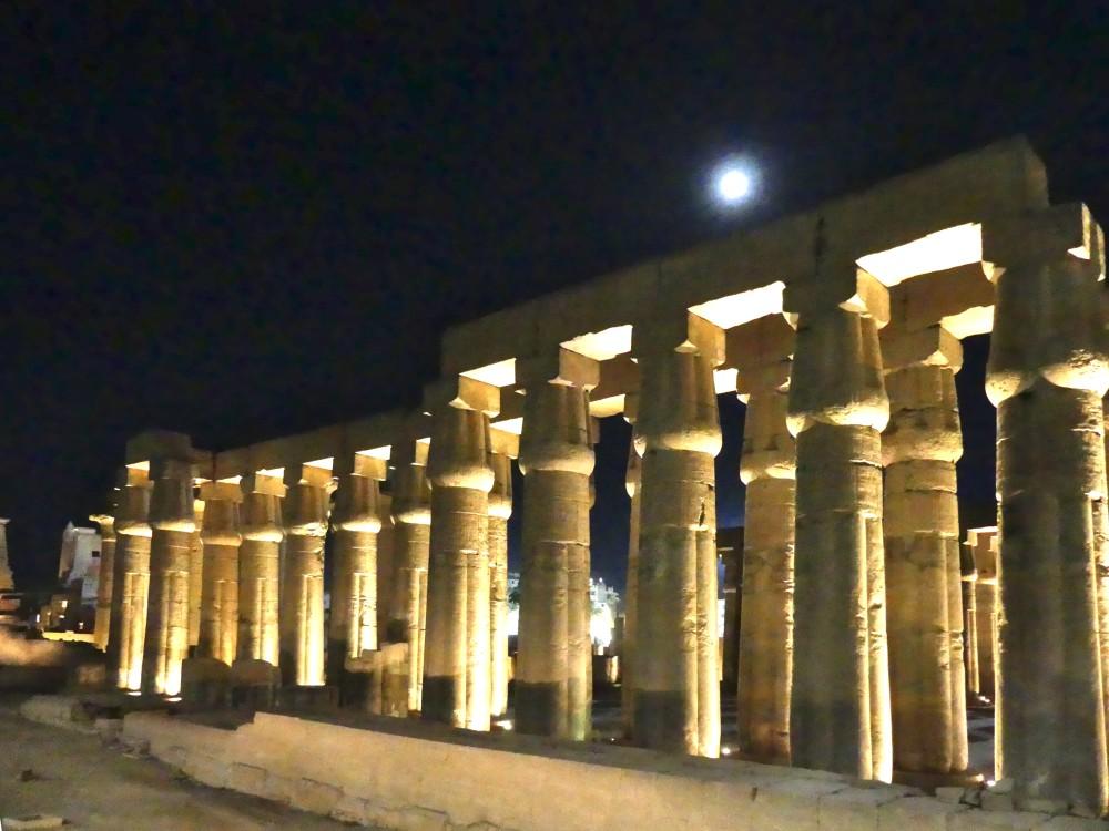 Beleuchteter Luxor-Tempel bei Nacht.
