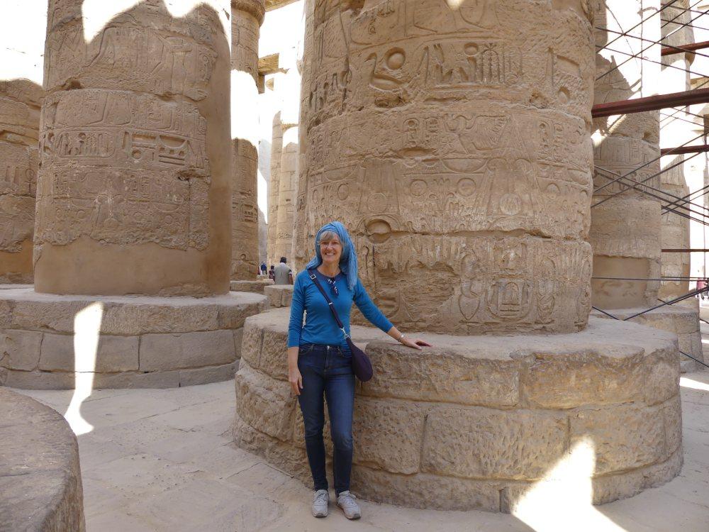 Gina steht an einer großen Säule im Karnak-Tempel.