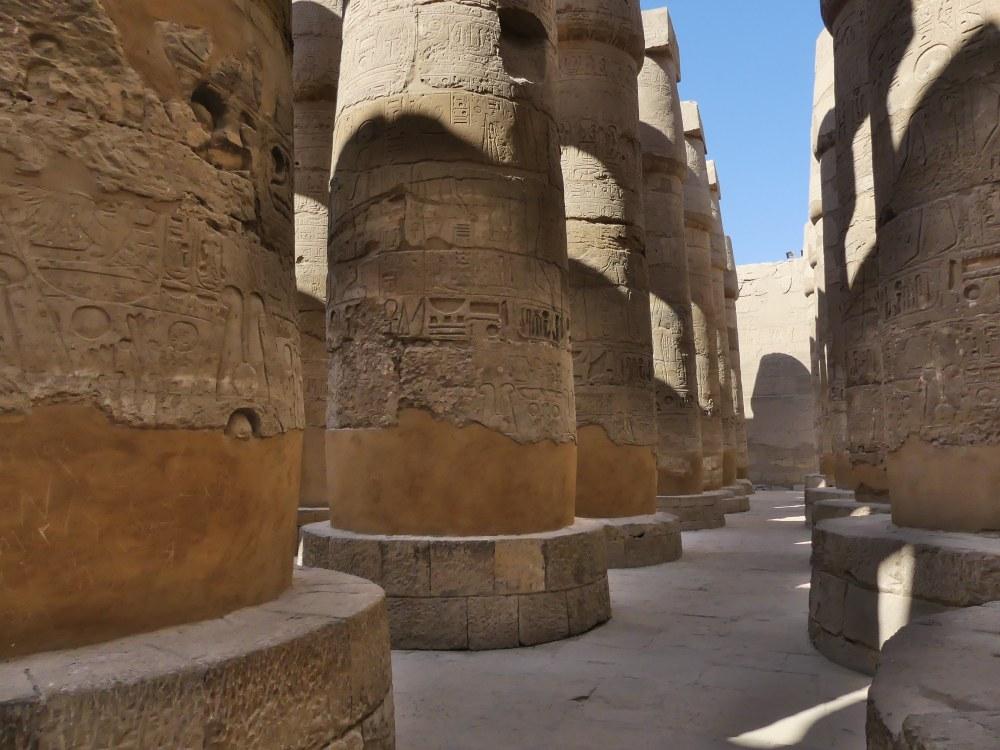 Riesige Säulen im Karnak-Tempel.