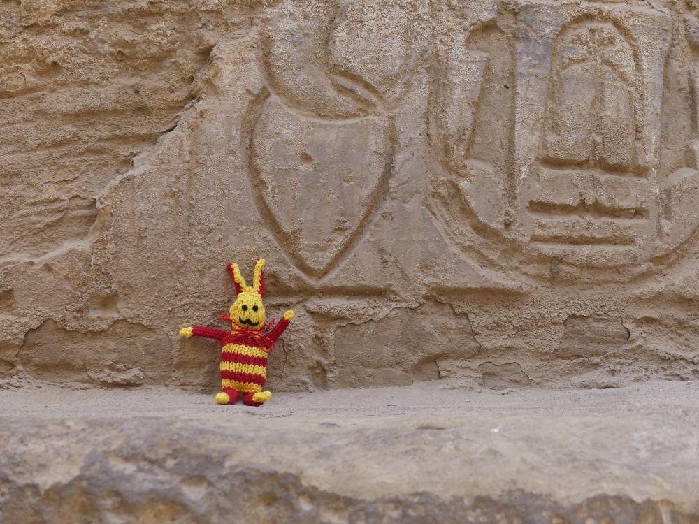Reise-Ringel vor einer Säule mit Hieroglyphen.