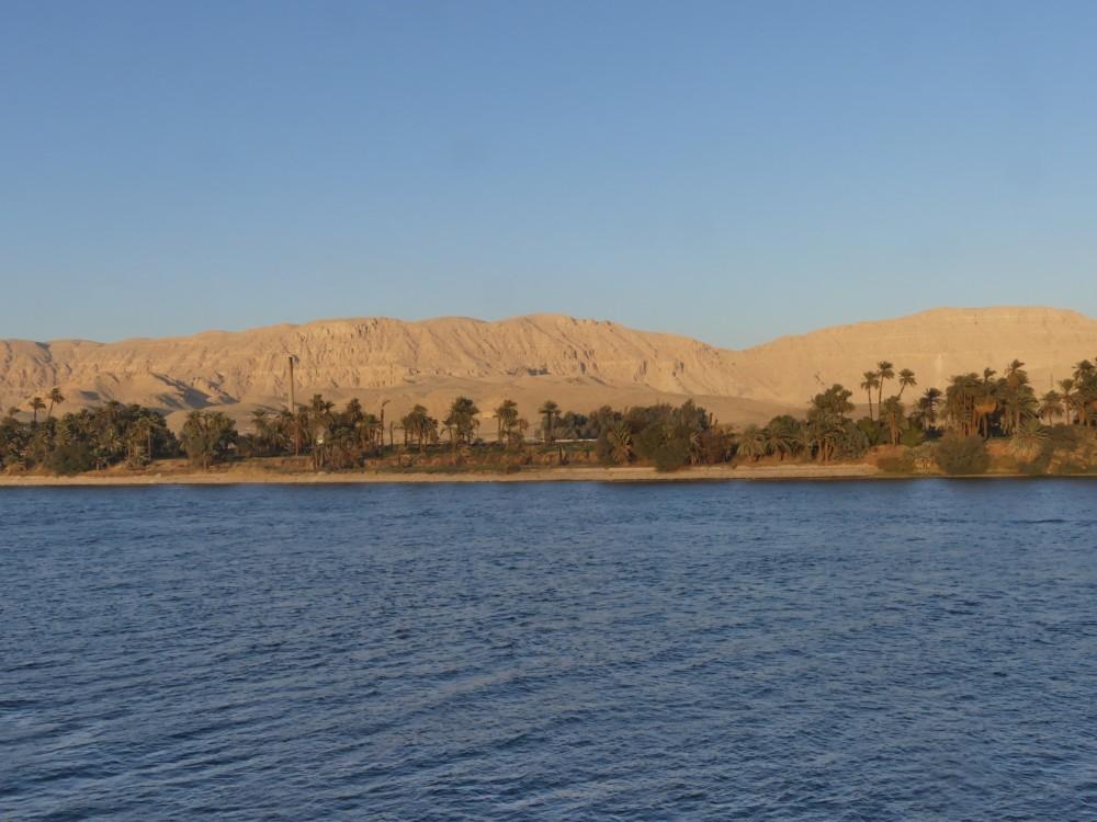 Das Ufer des Nils, dahinter die Wüste.