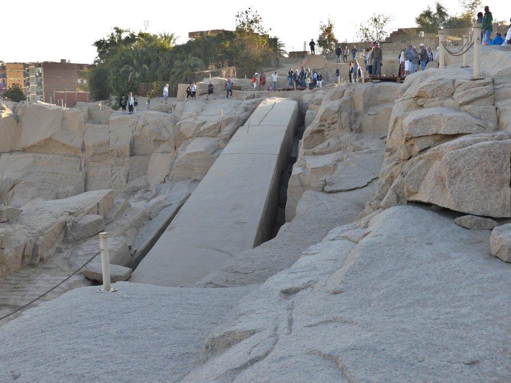 Großer Obelisk liegt im Boden des Steinbruchs.