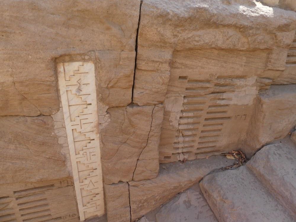 Eingeritzte Skala in Mauer.