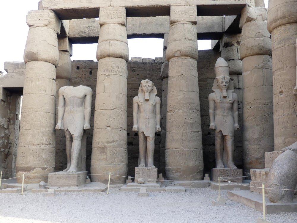 Säulen mit kolossalen Statuen dazwischen.
