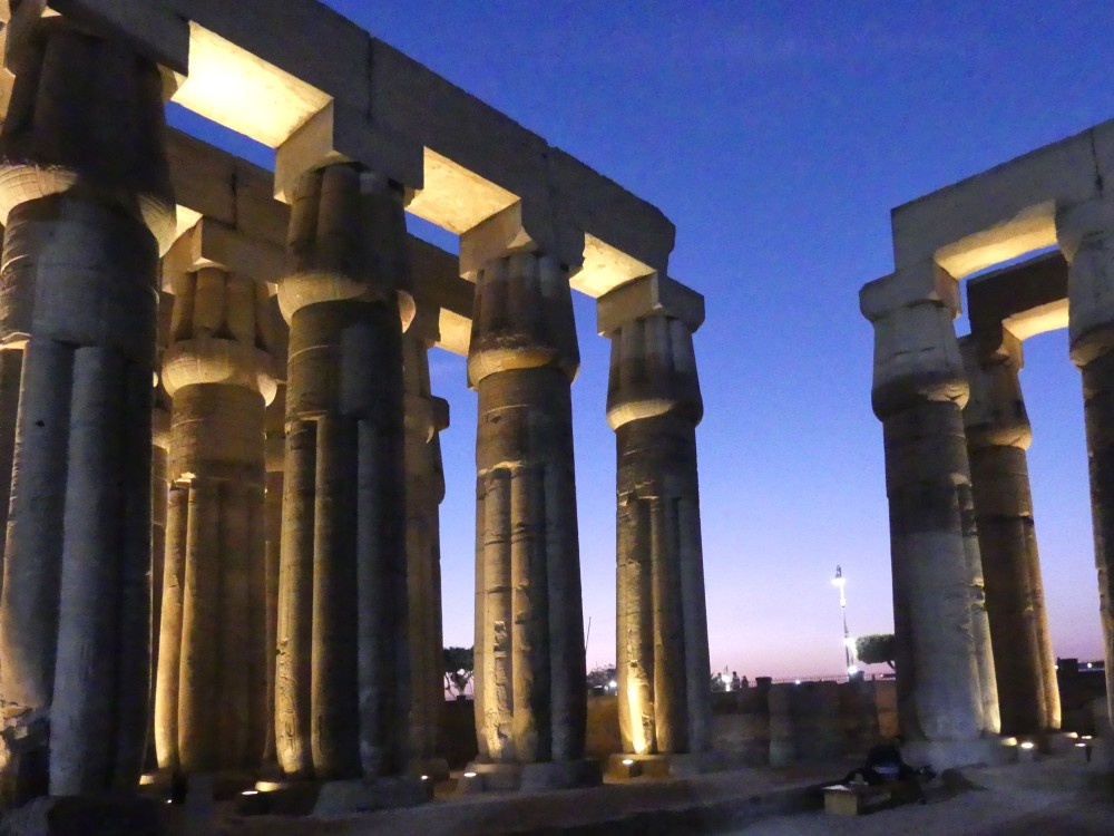 Säulen vor lila Abendhimmel.