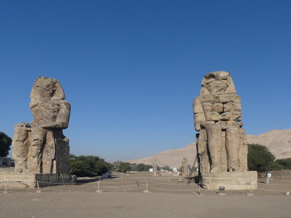 Zwei riesige sitzende Statuen.