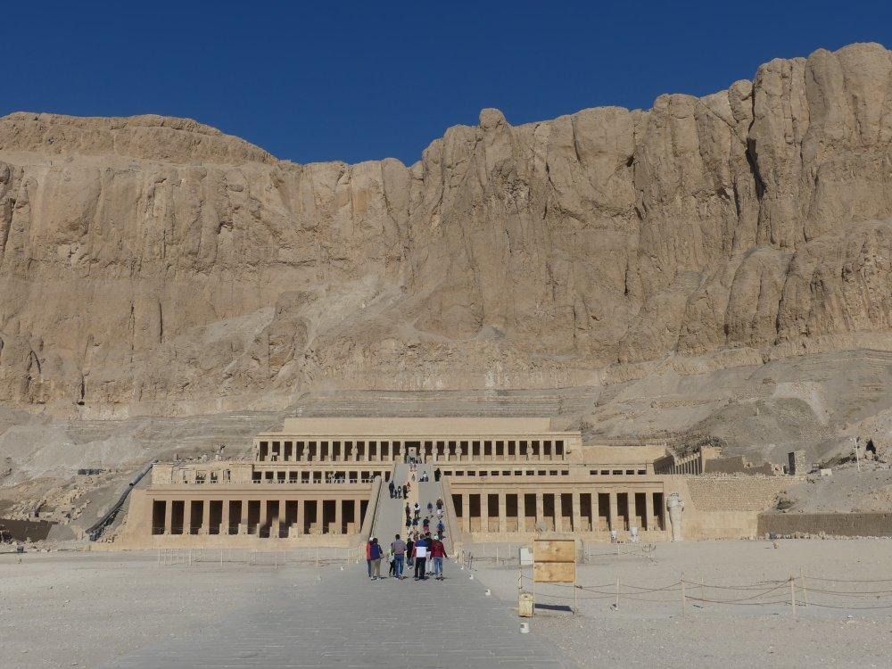 Terrassentempel von Hatschepsut in einer großen Felswand.