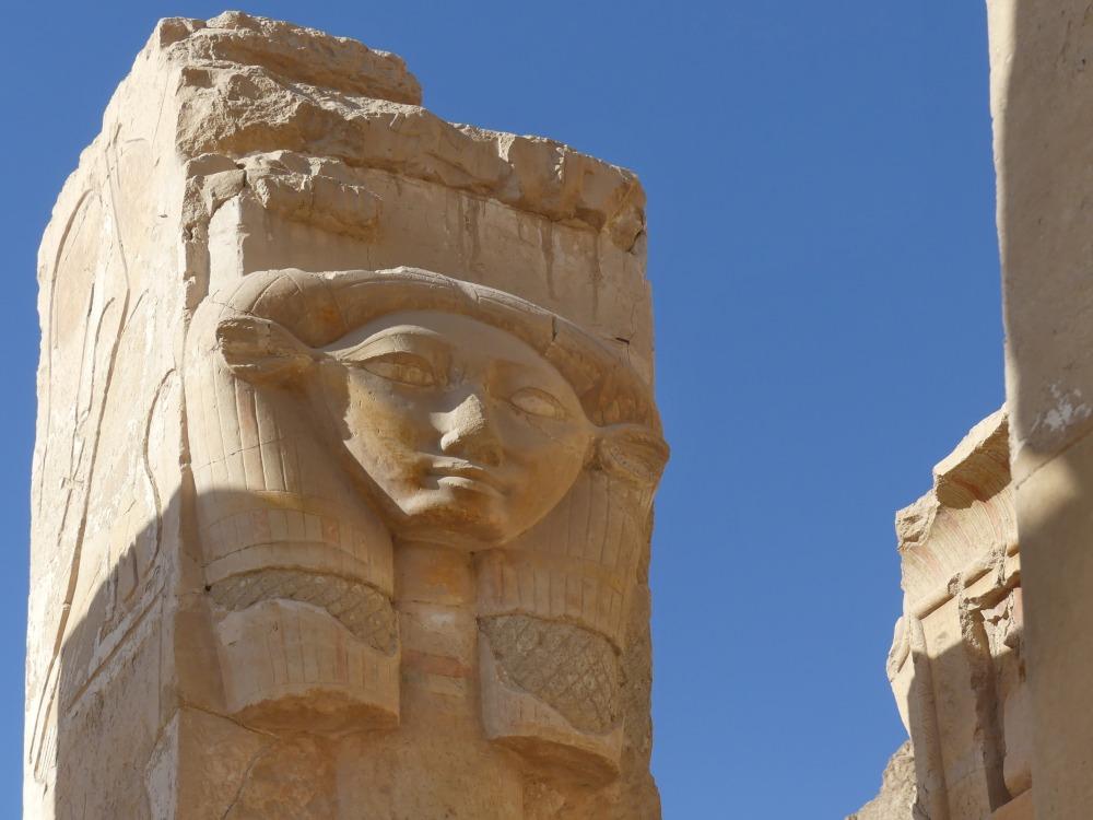 Säulen mit Gesichts-Relief.
