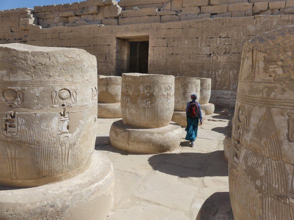 Dicke Stümpfe von gewaltigen Säulen in Medinet Habu.