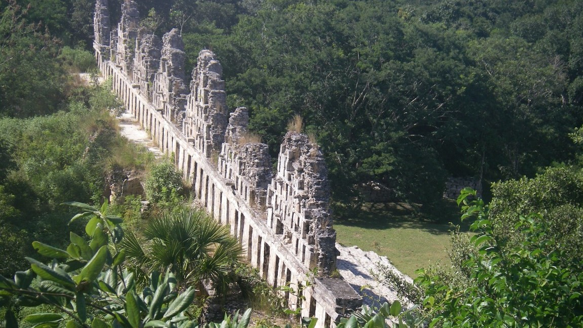 Maya-Bauten im Dschungel.