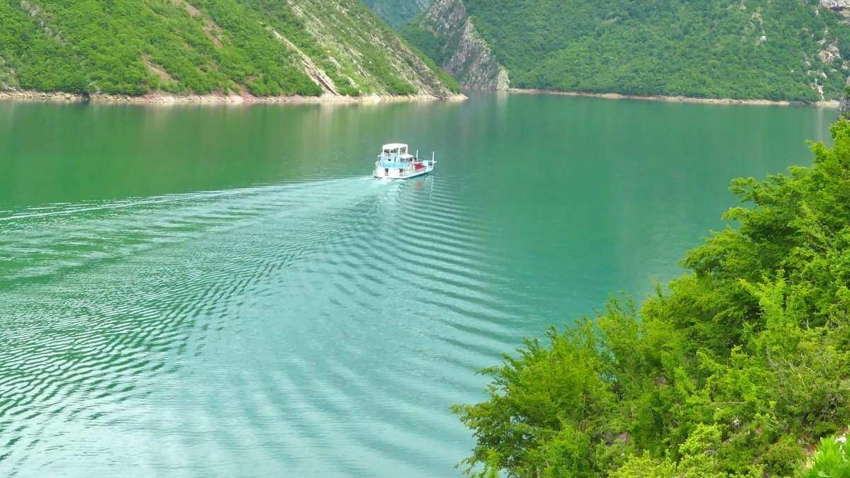 Fähre auf dem Komani See in albanien.