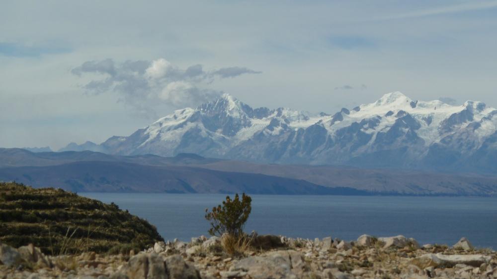 Titicacasee mit Andengipfeln.