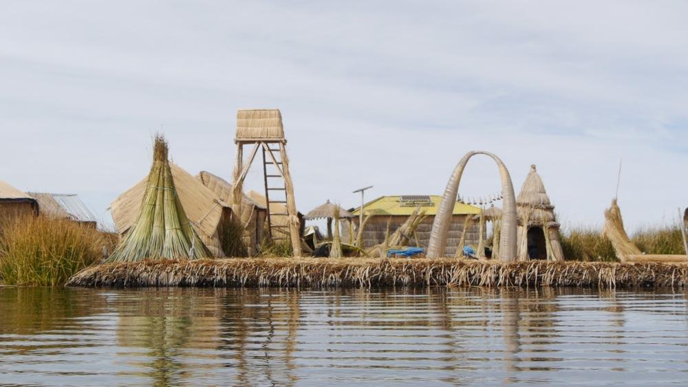 Schwimmende Insel mit Aufbauten.