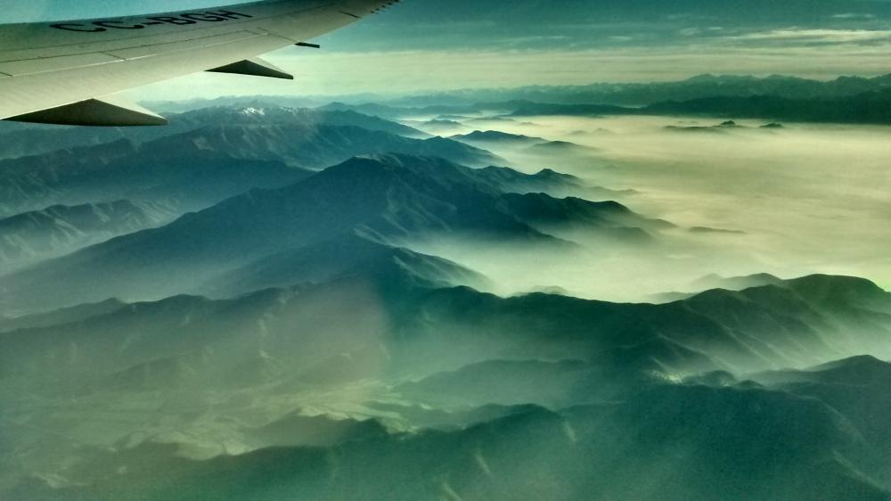 Nebelumschleierte Gipfel von oben.
