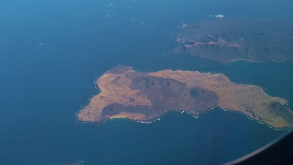Blick vom Flugzeug auf eine Insel.