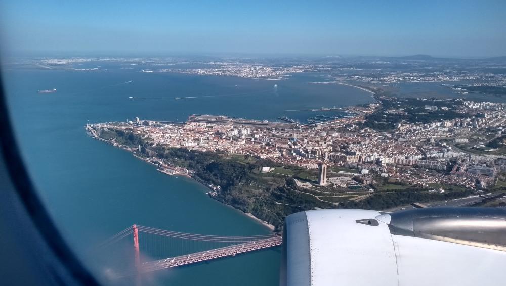 Lissabon mir Brücke über den Tejo von oben.