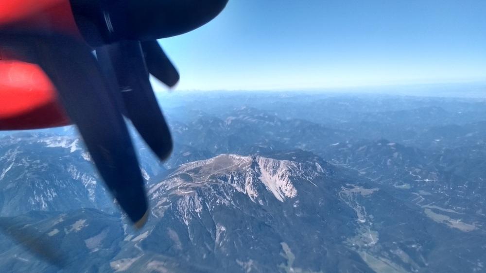 Mit Propellerflugzeug über die Alpen.
