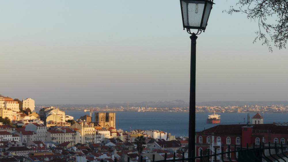 Aussicht auf Lissabon und die Kathedrale mit Laterne im Vordergrund.