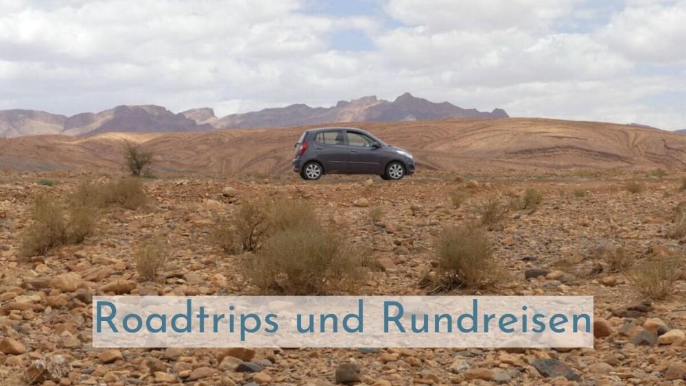 Auto in Wüstenlandschaft.