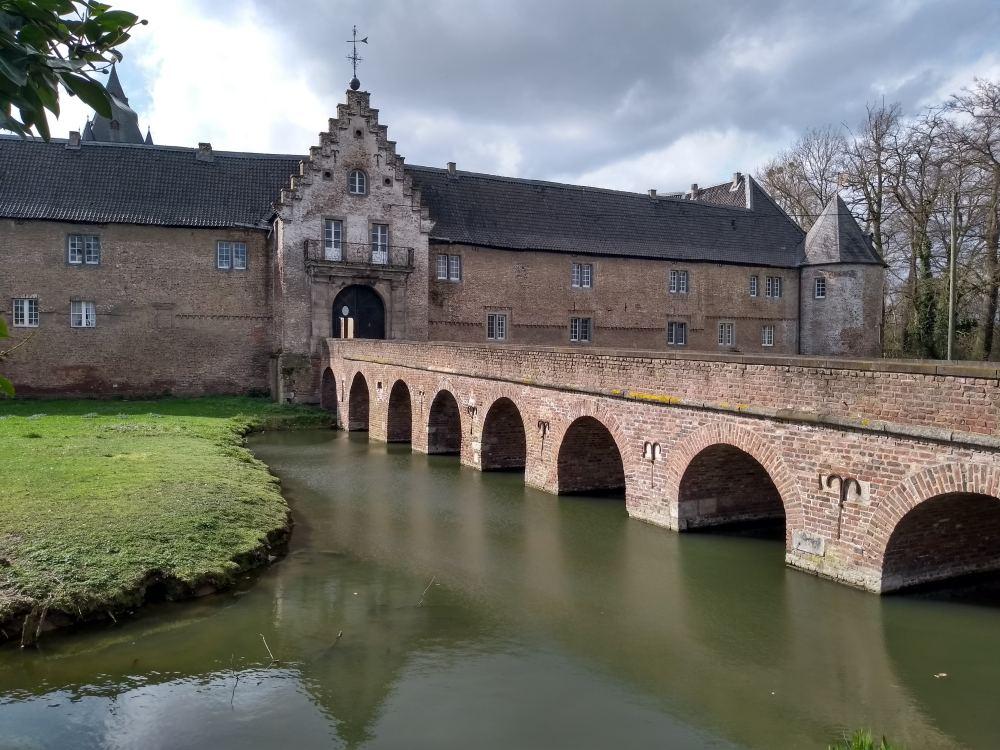 Schloss Hülchrath mit Wassergraben und Brücke.