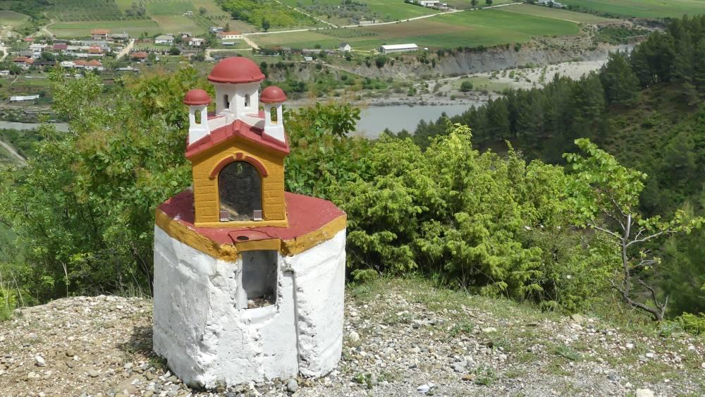 Miniaturkapelle am WEgrand mit Aussicht über das Tal.
