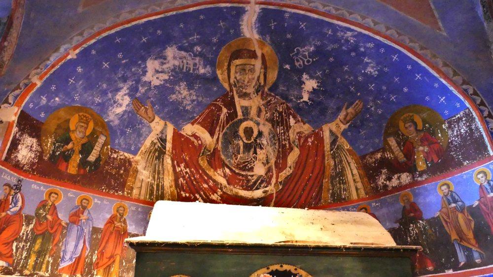 Bunte Fresken in einer Nische.