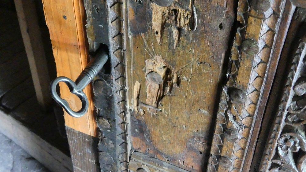 Kirchentür mit Schlüssel.
