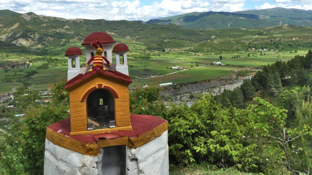 Miniaturkapelle und Blick über das Tal bei Permet.