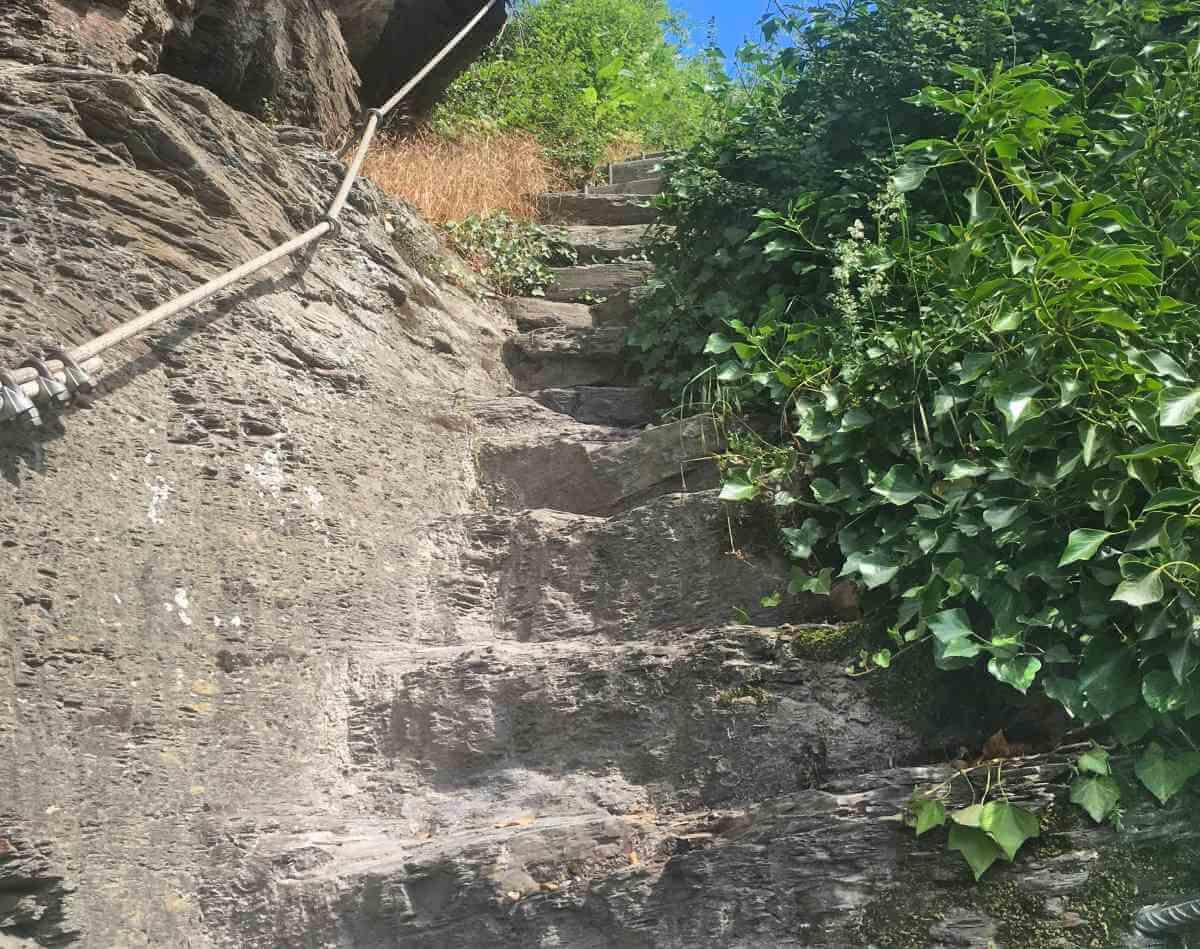 Steiler Pfad auf dem Moselsteig.