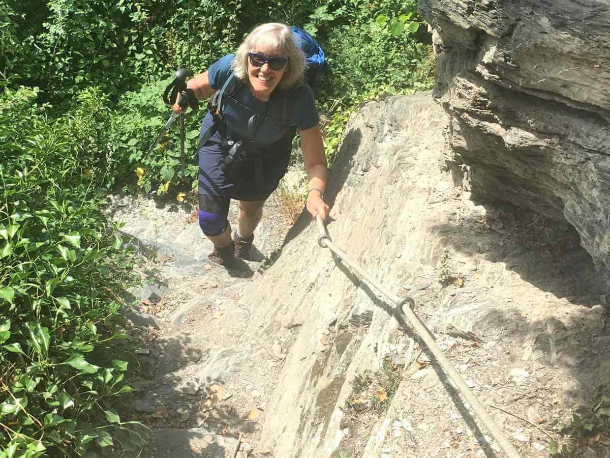 Gina steigt den steilen Pfad hoch.