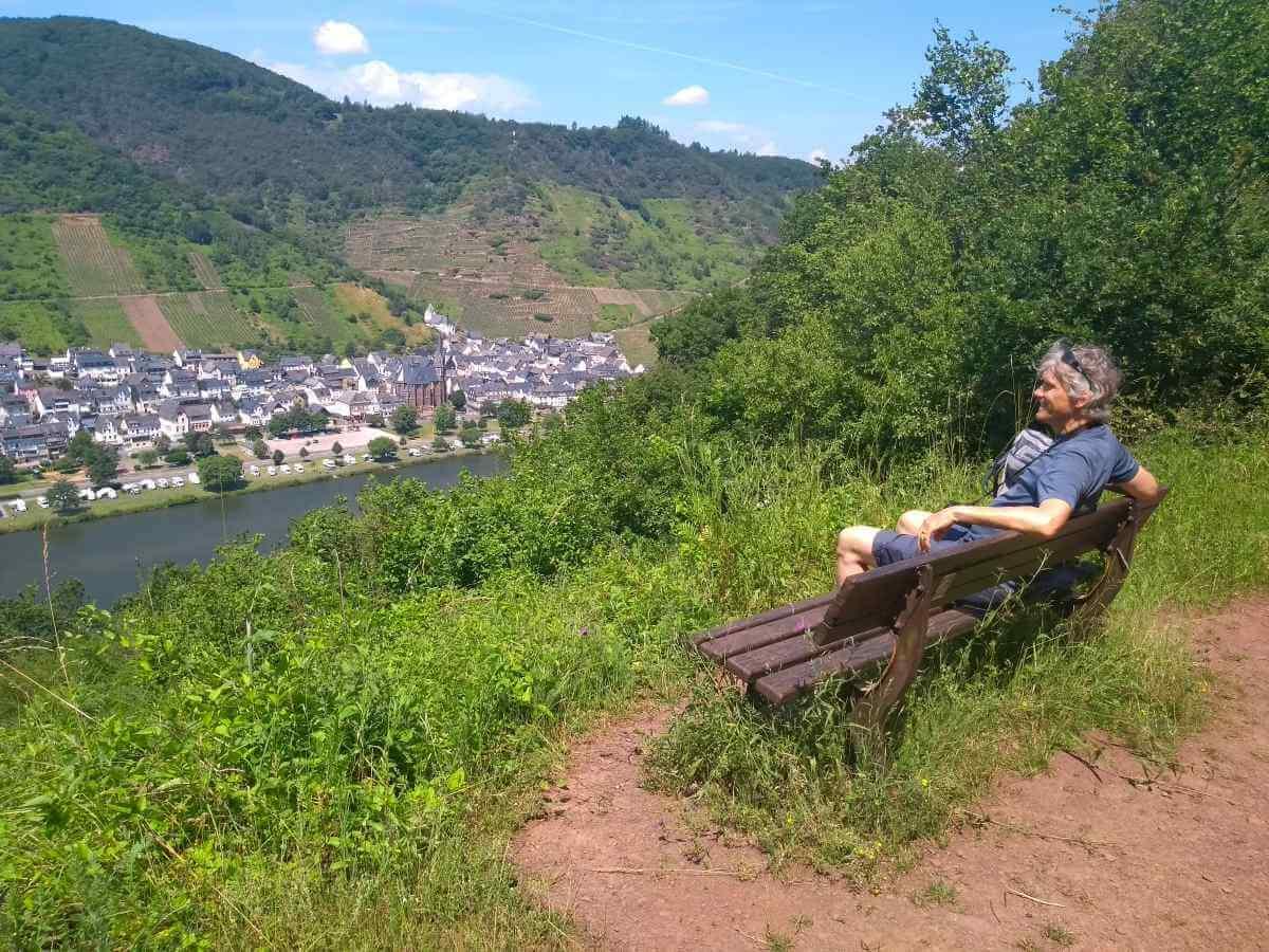 Marcus sitzt auf einer Bank bei Neef und blickt auf die Mosel.
