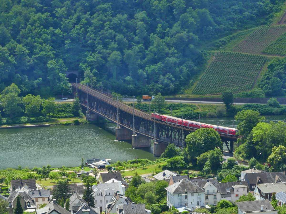 Brücke über die Mosel, auf der oberen Etage fährt gerade ein Zug.