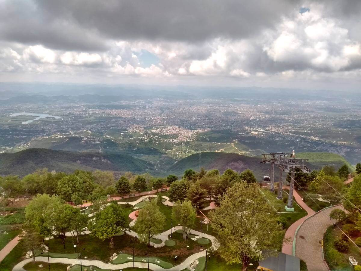 Weiter Blick über den Talkessel von Tirana.