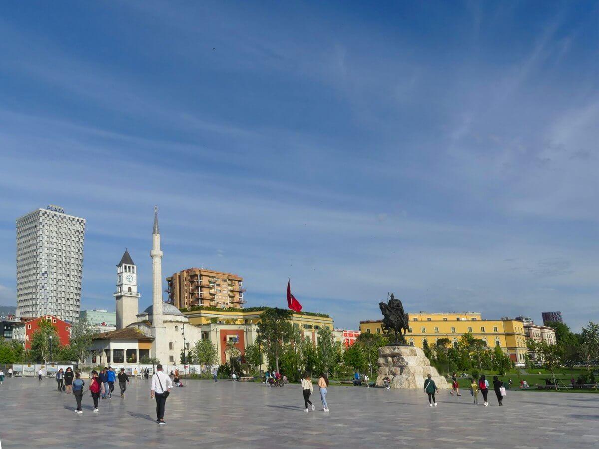Großer Platz mit Reiterstatue, Minarett der Moschee und Uhrturm an der Seite.