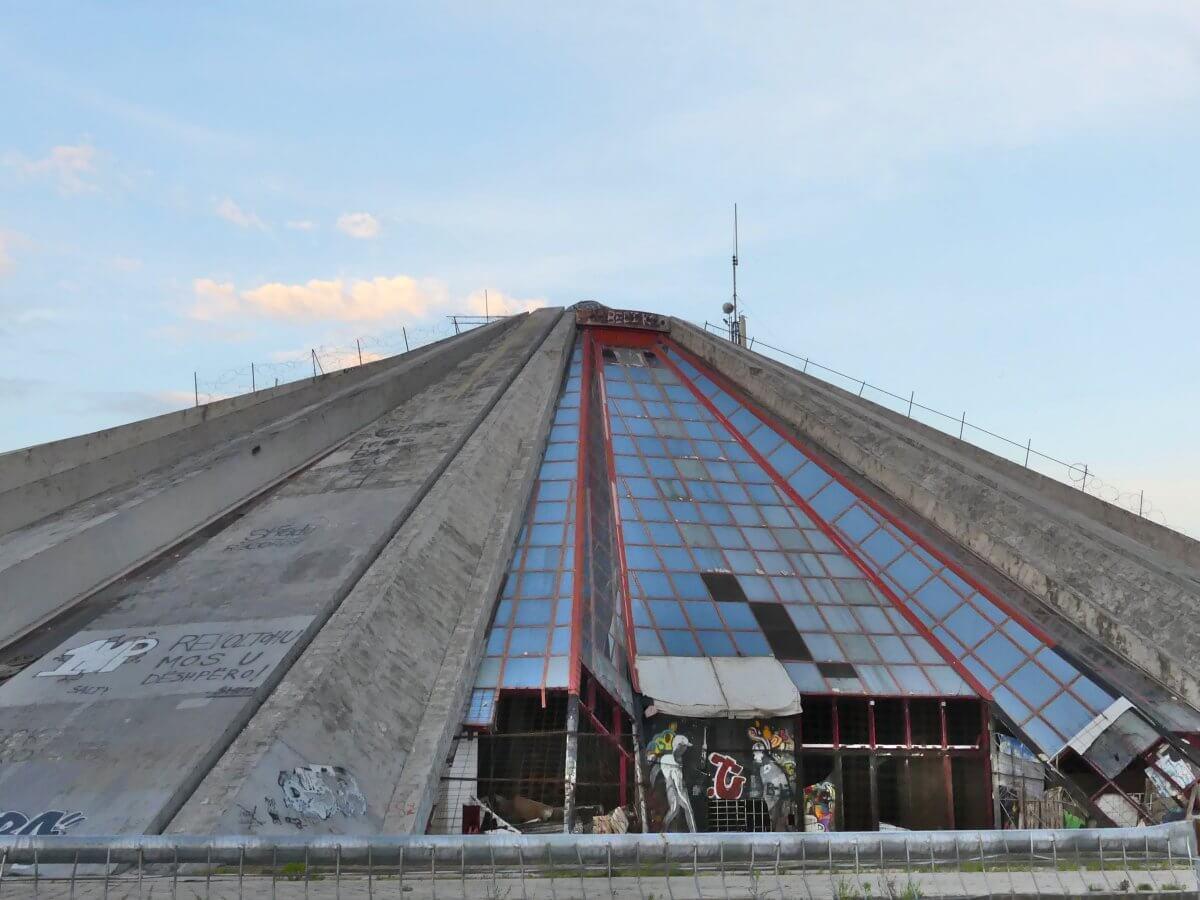 Flacher Pyramidenbau aus grauem Beton.