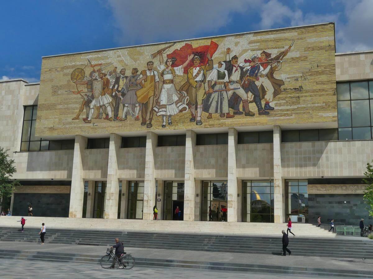 Fassade des Museums mit großem Bild mit sozialistischen Heldenfiguren an der Front.